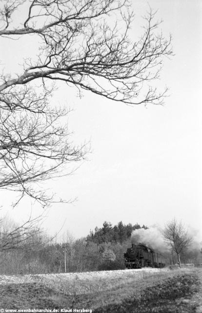Im März 1973 herrschte auf der Nebenbahn von Neumarkt in der Oberpfalz nach Beilngries noch Dampfbetrieb mit der Baureihe 086. Das absehbare Ende des Dampflokeinsatzes lockte Klaus Herzberg wiederholt an die Strecke. Schön, dass er uns heute wieder einen Blick in seine Fotoschatztruhe gewährt. Die Aufnahmeorte sind soweit möglich rekonstruiert, dennoch sind wir um Hinweise auf eventuell notwendige Korrekturen dankbar, liegen doch nahezu 40 Jahre zwischen heute und dem Aufnahmedatum. Das die Aufnahmequalität dem Alter der Negative geschuldet ist, ist wohl selbstverständlich. Das erste Bild zeigt 86 132 bei Pollanten vor einem Nahverkehrszug nach Beilngries.