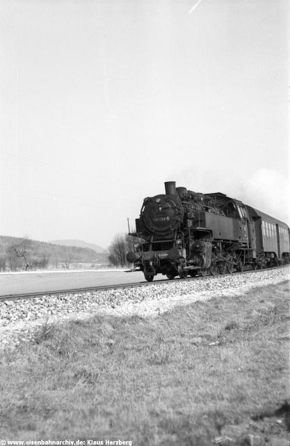 Und wieder 86 132 nahe Pollanten unmittelbar neben der B 299. Heuteerinneren an dieser Stelle aus einem kurzen Gleisstück an einem ehemaligen Bahnübergang gar nichts mehr an den Eisenbahnbetrieb.