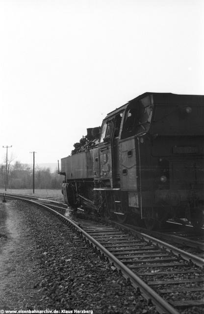 """Mit einer Linkskurve verliess die Strecke nach Dietfurt den """"neuen"""" Bahnhof von Beilngries. 86 132 setzte hier um."""