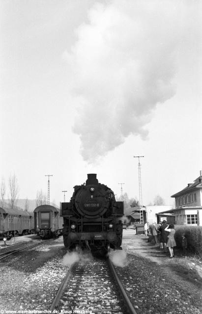 An der zweiten Wagengarnitur links ist zu erkennen, dass der Nebenbahnbetrieb der frühen 1970ziger Jahre noch nicht so durchrationalisiert war, wie in den 1980ziger Jahren.