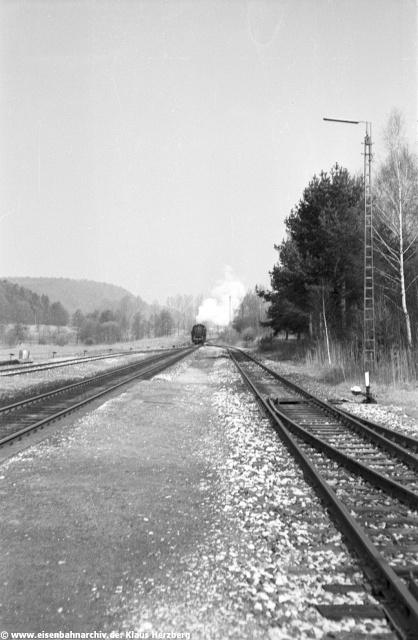 Nun setzte sich 86 132 wieder an den Zug, den sie rückwärts fahrend wieder nach Neumarkt zu befördern hatte.