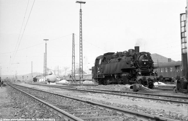 Heute kaum zu fassen: Bahnhof Neumarkt/Oberpfalz mit zwei warmen Loks der Baureihe 86, während auf der elekrtifizierten Hauptsrecke Nürnberg-Regensburg eine 141er mit einer Silberlingseinheit unterwegs ist. Und selbst einen Lokschuppen gibt es noch, vor dem 86 160 stand.