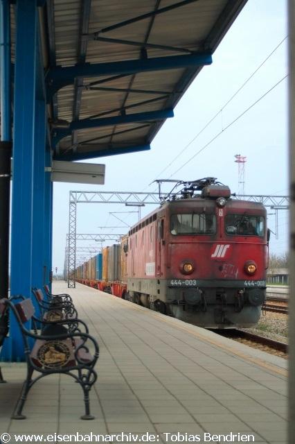 16.04.2011:2301 = 444 - 003 im serbischen Stare Pazova bei Belgrad. Abzweigbahnhof der Strecken nach Zagreb und Budapest (über Subotica).