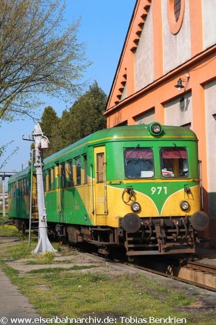 18.04.2011: Modernisierter gelb-grüner Malaxa 977 im Bw Timisoara.