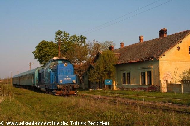 20.04.2011: 80-0263-6 trittin Iam die Rückfahrt nach Oravita an. Über Timisoara fuhren wir mit einer modernen eckigen gelben 82er und ebenfalls modernisierten Reisezugwagen gegen 16 Uhr nach Jimbolia. Bei unserem letzten Besuch im Jahr 2007 bestand dieser Zug noch aus einer blauen 80er und einer blauen Görlitzer Doppelstockgarnitur.