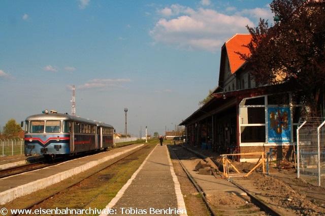 20.04.2011:Modernisierter 812 für den kleinen Grenzverkehr ins serbische Kikinda. Von Timisoara fuhren wir über den zweiten rumänisch-serbischen Grenzübergang bei Jimbolia / Kikinda zurück nach Serbien. Auffällig sind die neuen aufwendigen Grenzsicherungsmaßnahmen an dieser EU - Außengrenze. Damit einher geht die gerade laufende Renovierung des Bahnhofsgebäudes in Jimbolia. Im Vergleich zu unserem letzten Besuch in 2007 waren jetzt modernisierte zweiteilige serbische Schienenbusse im Einsatz. Von Jimbolia fuhren wir mit ihnen nach Kikinda. Dort kuppelte man ihn mit einem grauen 812 der Urversion zusammen, mit dem wir nach einigen Kilometern solo in derAbendsonnenach Subotica fuhren. Die letzte Stunde Fahrt nach Subotica auf 6 Meter kurzen geschraubten Gleisen war ein Erlebnis, das uns DB - verwöhnten Schienenbusfans bisher nirgends sonst geboten wurde. Mehrere Zwangsbremsungen ließen uns schon an der Rückfahrt am nächsten Morgen zweifeln. Dies bewahrheitete sich leider. So fuhren wir wieder über die Bummel-Hauptstrecke über Novi Sad und Stara Pazova nach Ruma zum ebenfalls grauen Sinobus 812-015. Wegen Streckensperrung (Grund nicht erkennbar) verzögerte sich die Planabfahrt um 15 Uhr um 1 1/2 Stunden.