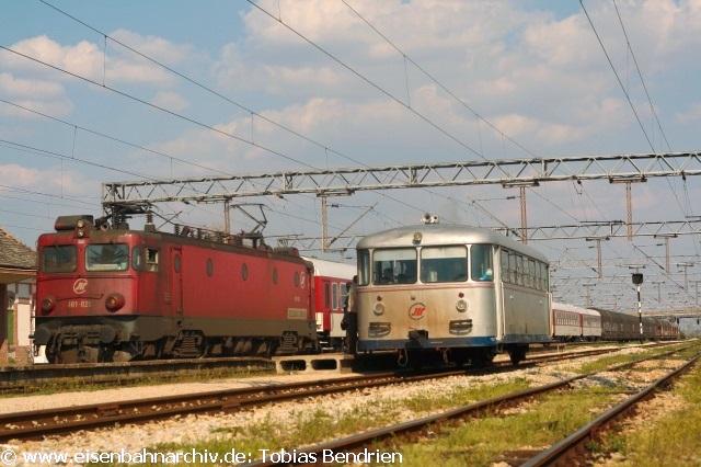 21.04.2011: 461-020 mit Optima-Express neben 812-015 in Ruma.