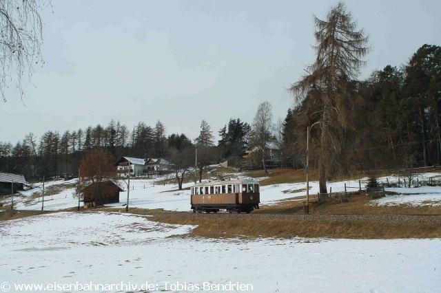 Der Altbauwagen 2 fuhr etwa von 11 Uhr bis kurz nach 14 Uhr und wurde dann durch den orangen Esslinger Wagen ersetzt. Die beiden zweiachsigen Triebwagen 11 und 12 braucht man für Schneepflugeinsätze. Dies kam nach Auskunft eines freundlichen Eisenbahners bereits in diesem Winter schon viermal vor.