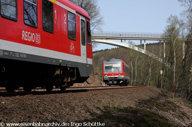 2011: Begegnung zweier Regionalbahnen bei Solingen (628 533)