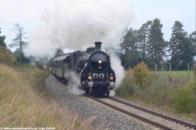 18 478 mit Sonderzug Stuttgart - Starnberg am 03.10.2013 bei Raisting auf der Ammerseebahn