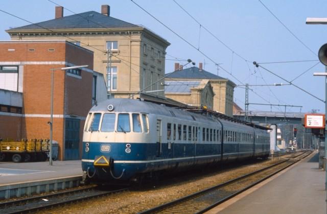 Baureihe 456 im Mai 1984 vor dem Empfangegebäude in Osterburken