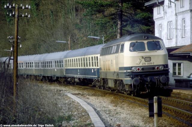 215 009 mit Eilzug Pforzheim-Horb im Bahnhof Hirsau