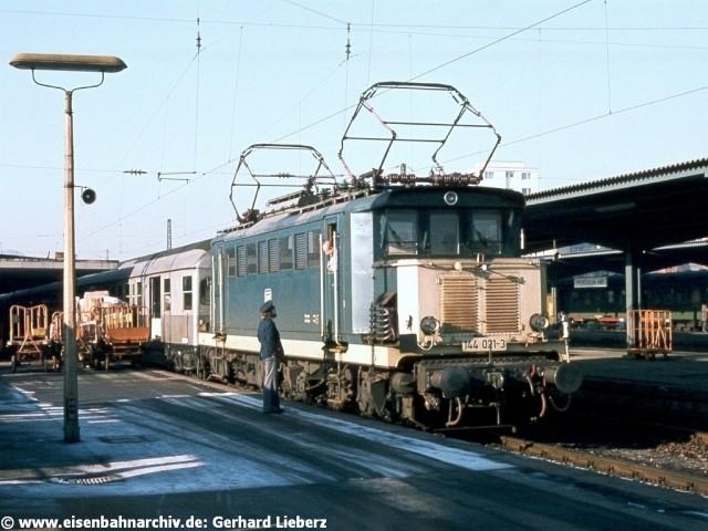 E44 021 am 17.12.1980 im Bahnhof Pforzheim