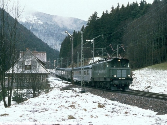 E 45 176 durchfährt den Bahnhof Posthalde