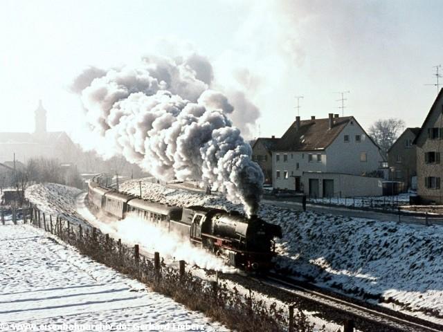 023 058 mit dem letzten Dampfzug bei Ehingen am 28.12.1975