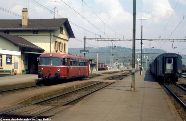 Schienenbus im Bahnhof Koblenz/Schweiz