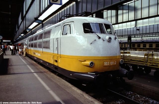 103 101 mit dem Lufthansa-Airport Express im Hbf von Stuttgart