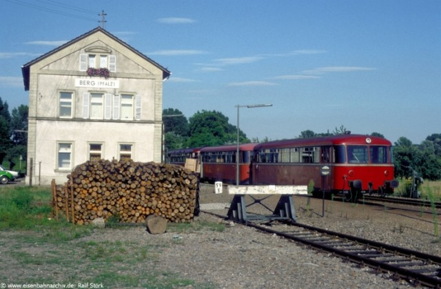 Schienenbus im Mai 1983 im Grenzbahnhof Berg (Strecke Wörth - Lauterbourg)
