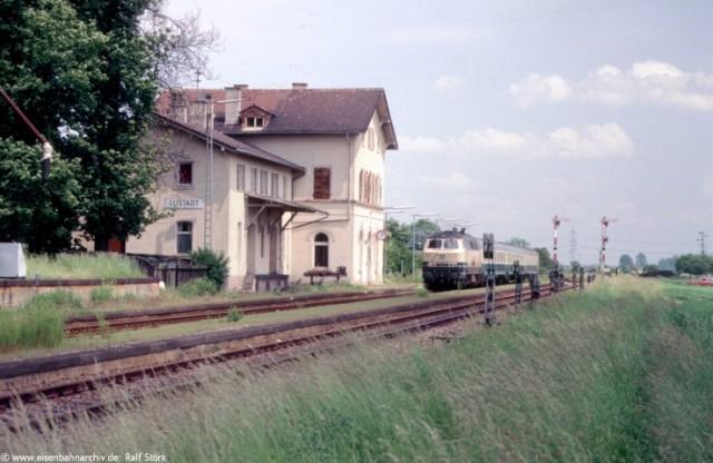 218 377 mit umgeleiteten D-Zug im Bahnhof Lustadt/Pfalz