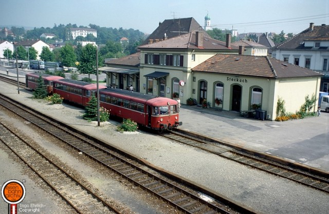 Schienenbus im Bahnhof Stockach