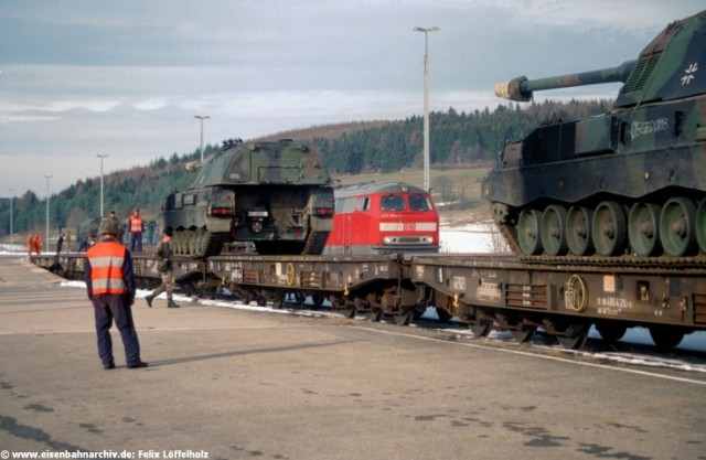 Militärzug mit 215 084 in Oberheutal
