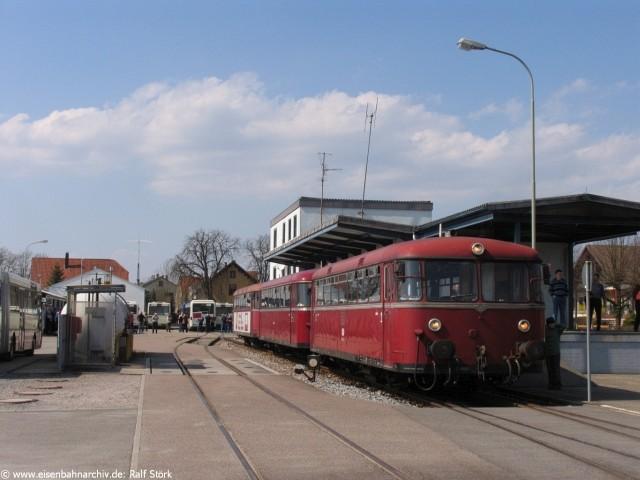 Schienenbus im Bahnhof Schwarzach am 9. April 2006