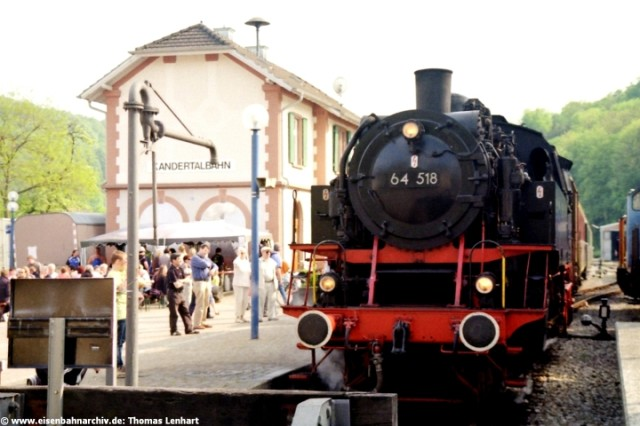 64 518 am 2. Mai 2009 im Bahnhof Kandern