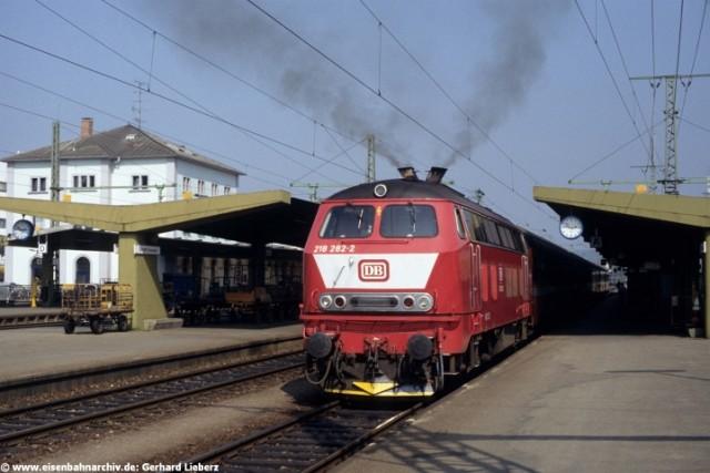 218 282 am 8.09.1989 im Bahnhof Singen