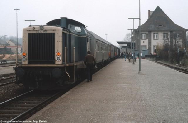 212 079 am 9. April 1986 im Bahnhof BReisach