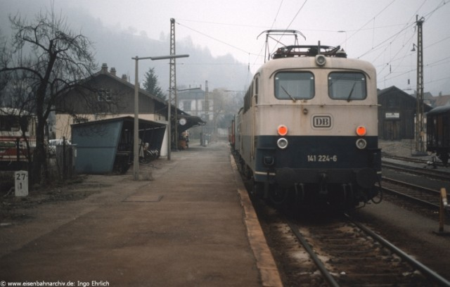 141 224 am 9. April 1986 im Endbahnhof Zell/Wiesental