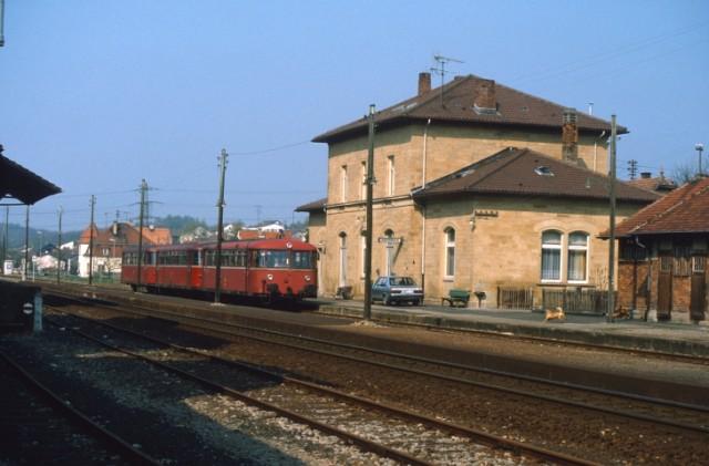 Schienenbus im Bahnhof Grombach