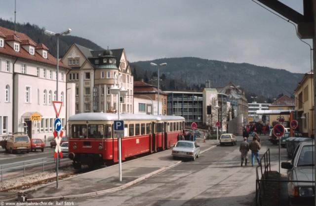 Triebwagen der WEG am Bahnhofsvorplatz in Albstadt Ebingen