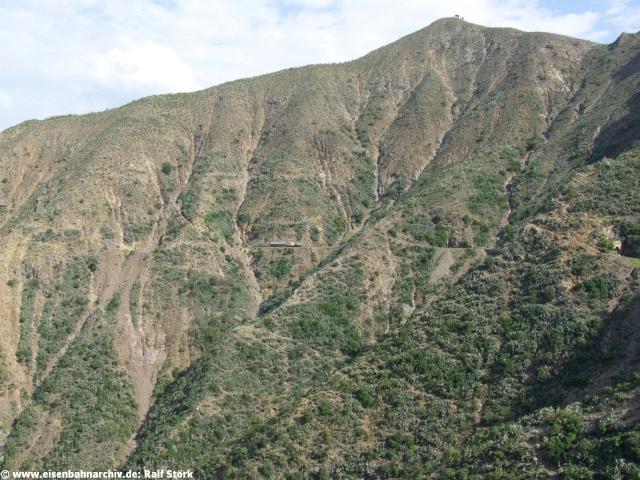 Zug in den Steilhängen bei Arbaroba