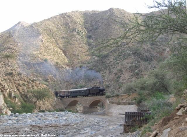 Dampfzug in der engen Schlucht bei Ghinda