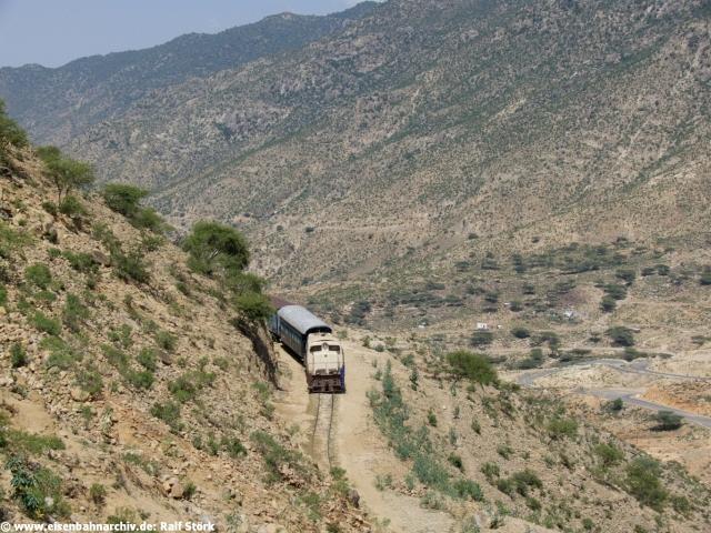 Zug in den Steilhängen von Nefasit