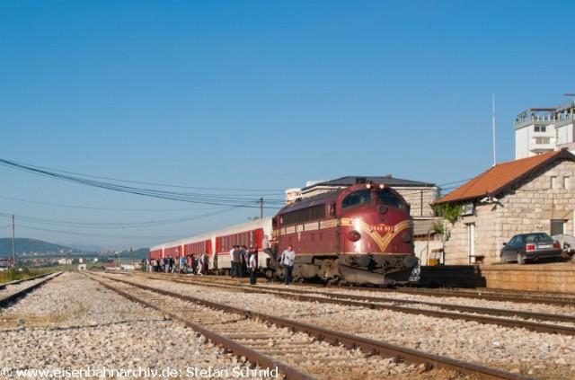 2640 003 erreicht mit IC 760 im Bahnhof Drenas