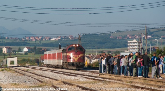 2640 003 erreicht mit IC 760 nach Pristina den Bahnhof Drenas