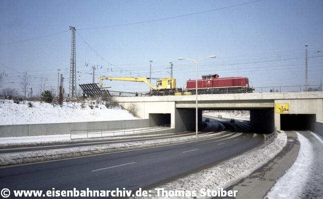 Der früher an dieser Stelle vorhandene, vom Stw 6 bediente Vollschranken-Bahnübergang der Prüfeninger Schloßstraße war allerdings bereits 1981 durch die Unterführung der Lilienthalstr. ersetzt worden.