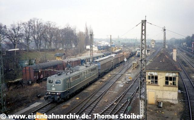 Stunden konnte der interessierte Eisenbahnfreund damals auf der Dechbettener Brücke verbringen und neben dem Betrieb auf den beiden Hauptstrecken dort hervorragend den Ablaufbetrieb sowie die Ein- und Ausfahrten von/nach Westen beobachten.
