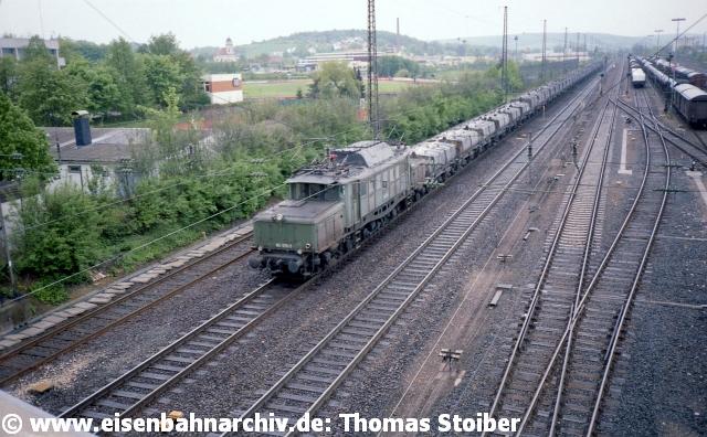 Nach Westen schaut man bei den Bildern, wobei die 194 mit dem heute noch mit dem gleichen Uralt-Wagenpark (und ECR 247) verkehrenden SKW-Kalkkübelzug Saal - Trostberg nicht planmäßig im Einsatz stand.