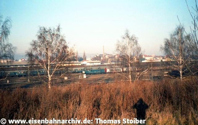 Weiter östlich davon erkennt man das große Stw 7 und die Vielzahl der damals noch vorhandenen Gleise der Zugbildungs- und Abstellanlagen; ganz hinten das Gleislager, in dem regelmäßig eine 323 rangierte.