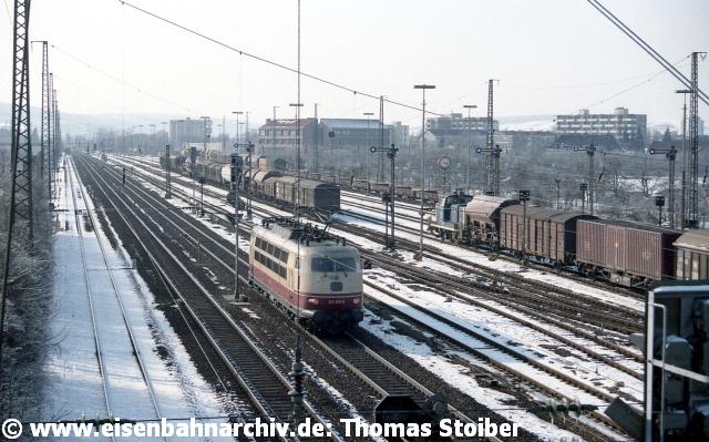 """Ebenso wenig planmäßig war der Einsatz der Baureihe 103 als Lz nach Nürnberg. Übrigens wurden die Formsignale östlich der Brücke vom Stw 5 aus gestellt, während die Hauptsignale westlich davon niemals auf Fahrt gingen (""""Tote Vögel"""" im Eisenbahnerjargon)."""