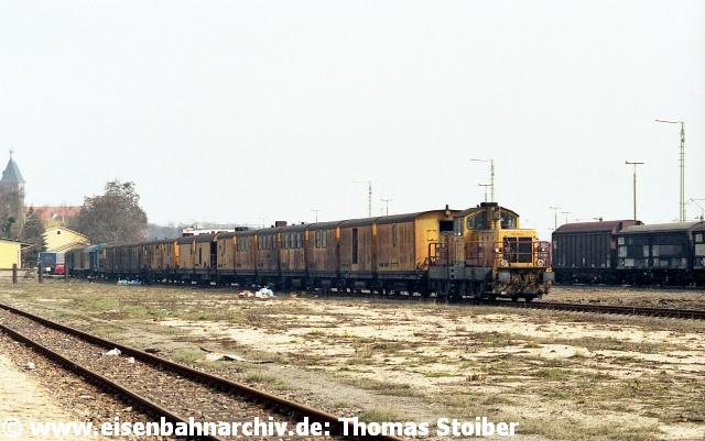 Das Gleislager im nördlichen Teil des Rbf hatte schon um 1990 seinen Betrieb eingestellt. Die verbliebenen Gleise wurden aber weiterhin u. a. für Baustellenlogistik verwendet, hier mit dem Speno-Schienenschleifzug. Die zunehmend sich leerenden Gleisanlagen boten sich außerdem für die in den Neunzigern zahlreich durch die Versuchsanstalt (später FTZ) München ab Regensburg durchgeführten Testfahrten mit neuen Fahrzeugen an (gibt es hier heute auch nicht mehr).