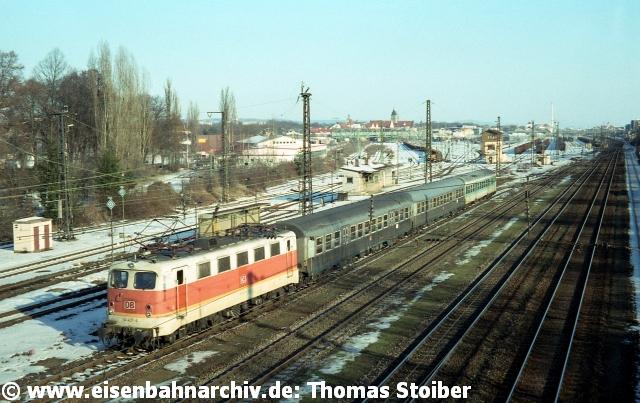 Die inzwischen ohnehin stark reduzierten, weiter zu betreibenden regionalen Güterverkehrsaktivitäten wurden in den heute noch bestehenden Bahnhof Regensburg Ost verlagert. Ein noch in den 80er-Jahren diskutierter ersatzweiser Ausbau dieses Bahnhofs zum Rbf mit Modernisierung fand dennoch niemals statt (stattdessen gab es auch dort Rückbauten, z. B. der östlichen Zufahrt zu den hinteren Zugbildungsgleisen ab dem Bahnhof Burgweinting). Die Gleise östlich der Dechbettener Brücke blieben danach leer oder wurden z. T. zum Abstellen von Schadwagen jeglicher Art verwendet.