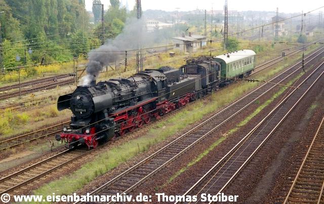 Die seit 1986 im Bw Regensburg abgestellte E71 19 machte auf ihrer Überführung durch 52 8154 nach Meiningen kurz Station zur Überholung.