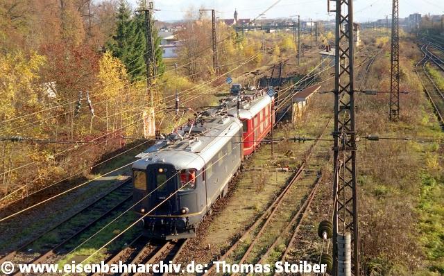 """Auch die zwei ex-SBB Re 4/4 I 10008 und 10019 (Centralbahn) standen mal vor dem herbstlichen """"Dschungel"""" (zogen dann aber den einfacheren Weg über die Hauptstreckengleise zum Hbf vor)."""