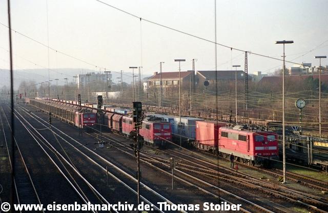 """Nur selten herrschte im noch intakten Teil des Bahnhofs ein derartiger Hochbetrieb wie hier mit gleich 4x BR 151. Eine solche Ansammlung von auf die Weiterfahrt wartenden Güterzügen tritt eigentlich nur dann ein, wenn es mal wieder die bei den Reisenden so beliebten """"Verzögerungen im Betriebsablauf"""" rund um Regensburg gibt."""