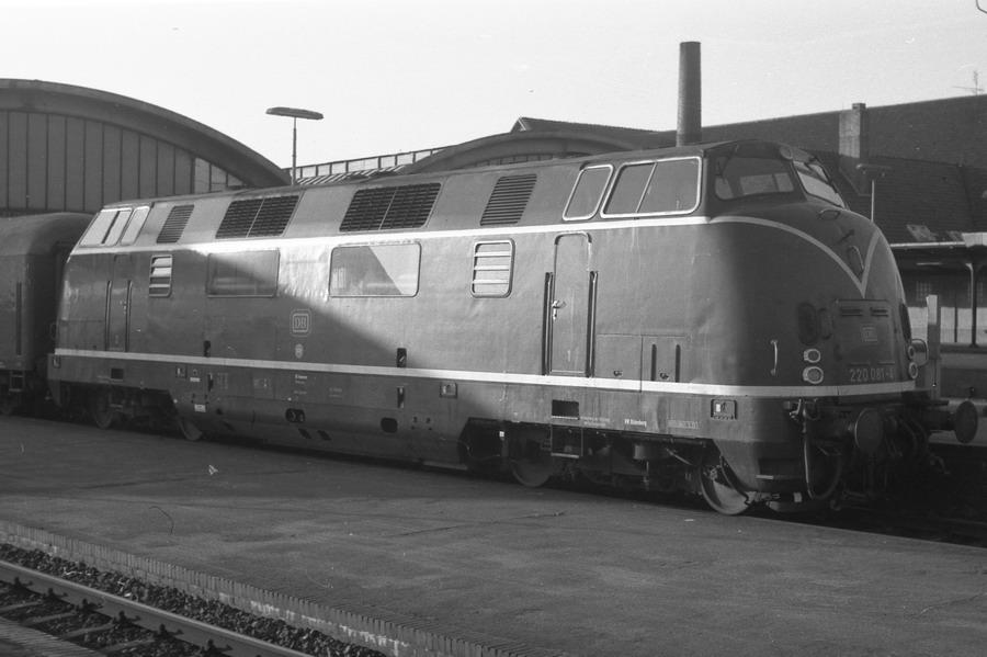 Am Bahnsteig des Bahnhofs Oldenburg stand dann die erste V200 dieses Tages, die 220 081-4.