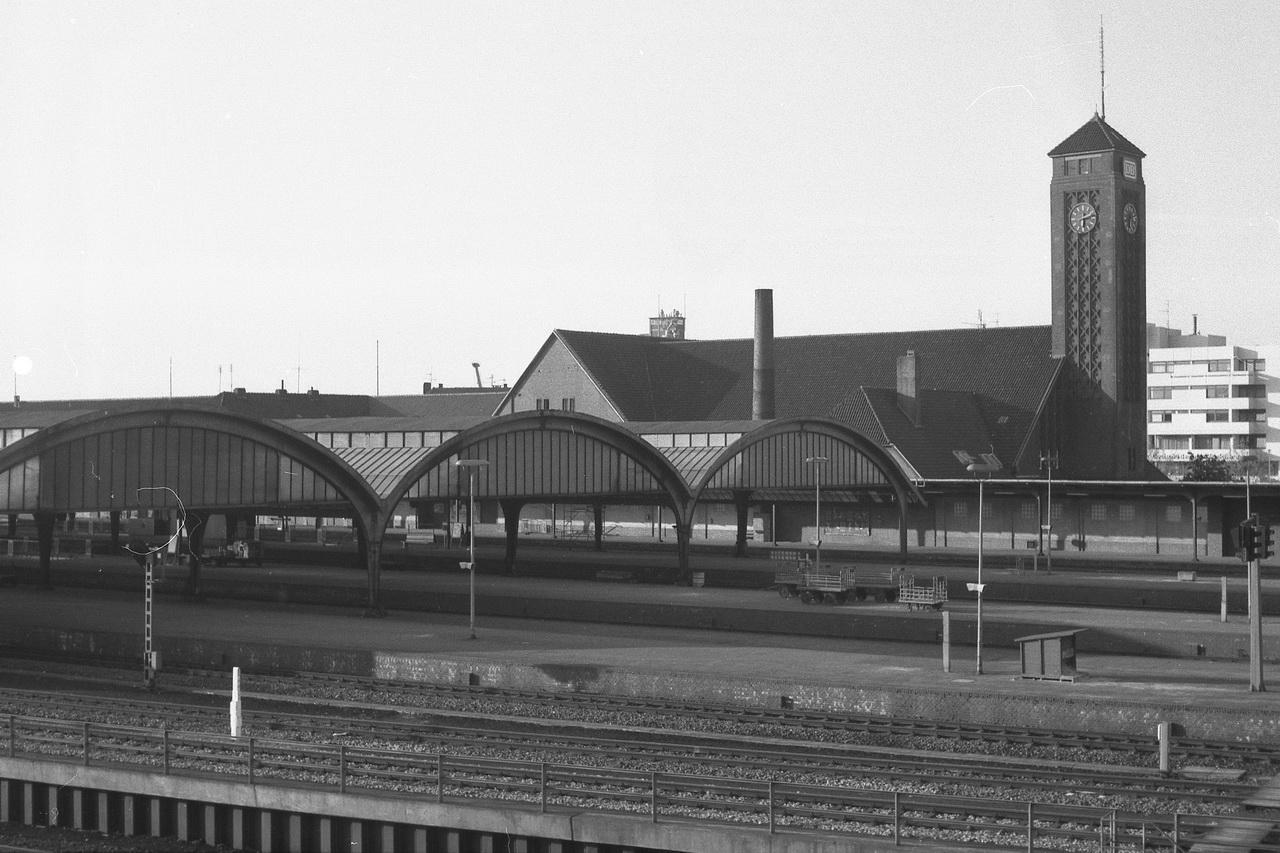 Von der Fußgängerbrücke hatte man dann noch einmal einen schönen Blick auf die Bahnhofsanlagen und das am 3. August 1915eingeweihte Oldenburger Emfpangsgebäude. Damit war es auch schon wieder Zeit zur Weiterreise.