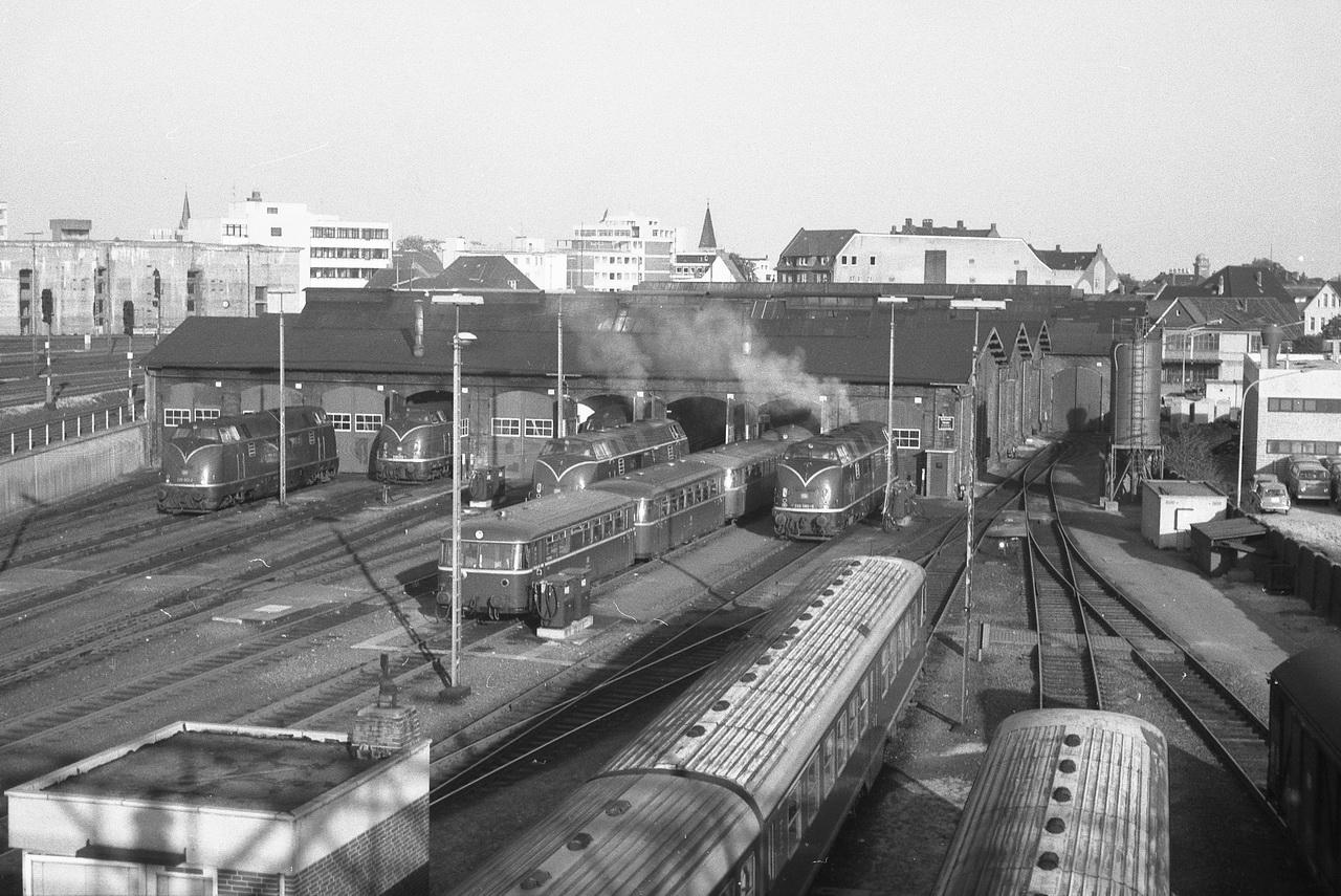 Doch erst von der Fußgängerbrücke, die über das Bahnhofsgelände hinüber zum Bw führt, sollten sich die Oldenburger Schätze offenbaren. Hier stand nicht nur eine 220er, nein gleich mehrere warteten hier auf ihren Einsatz. Daneben 798er Schienenbusse, die 624er Dieseltriebwagen und natürlich auch die damals modernen 216er.